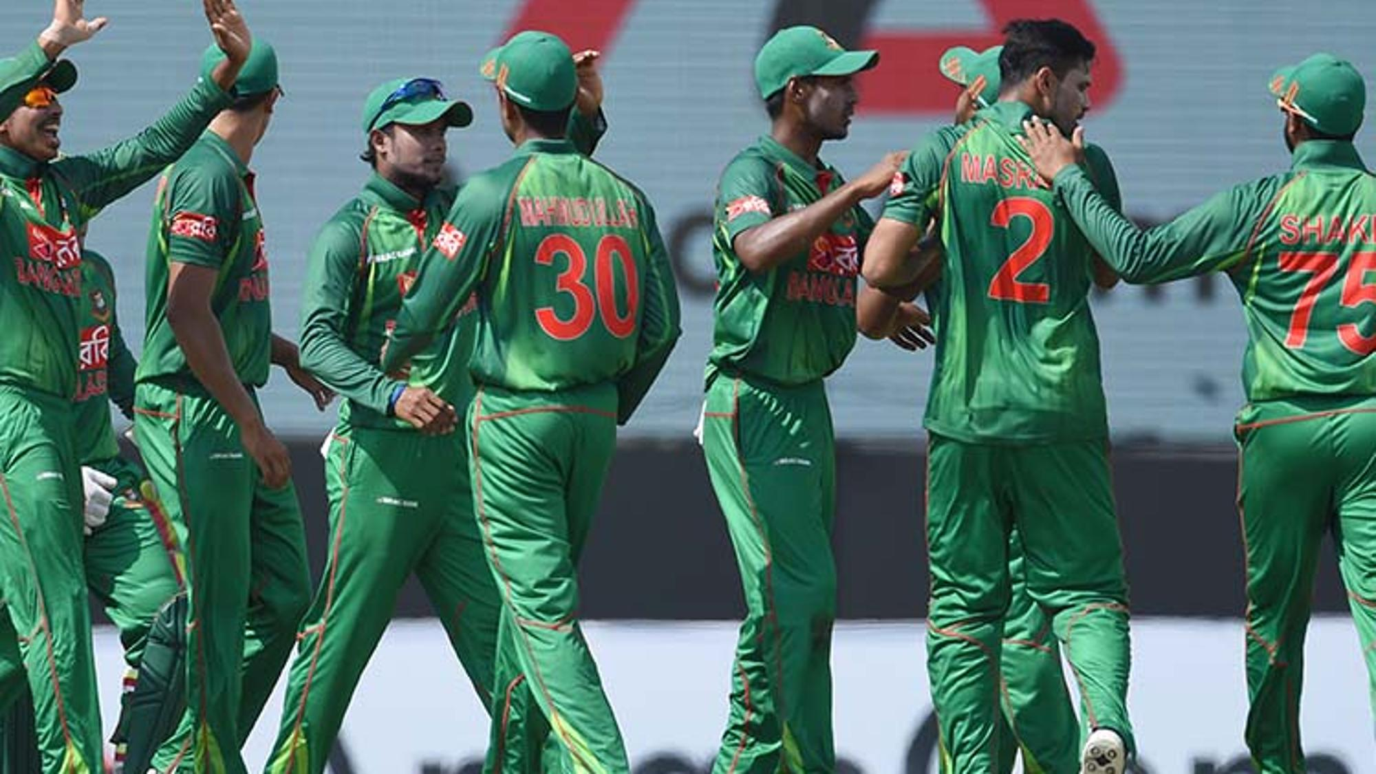 The_Bangladesh_captain_Mashrafe_Mortaza_celebrates_with_his_teammates_after_dismissing_Danushka_Gunathilaka_for_9