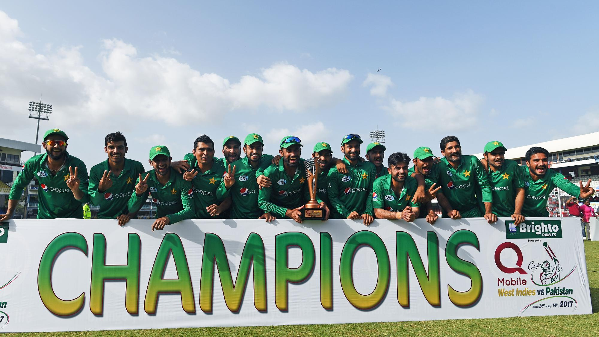Pakistan_team_with_the_trophy