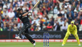 Luke Ronchi of New Zealand pulls a delivery from Pat Cummins