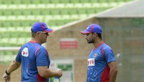 Bangladesh bowling coach Heath Streak (L) speaks with Bangladesh cricket captain Mashrafe Bin Mortaza