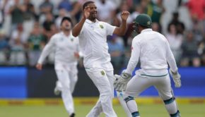 Vernon Philander (C) celebrates the dismissal of Indian batsman Ravichandran Ashwin
