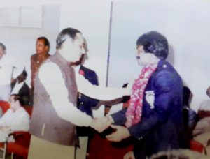 Gazi Ashraf Hossain Lipu is greeted by a Pakistani Official during Bangladesh's tour to Pakistan in 1986. Image Courtesy: Cricketer Nirman